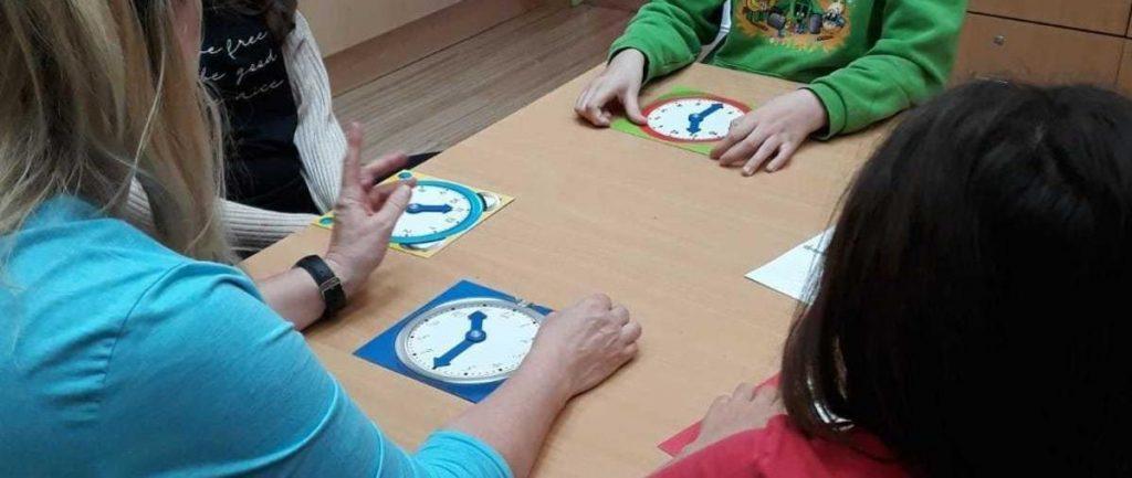 Kinder sitzen bei Tisch und lernen